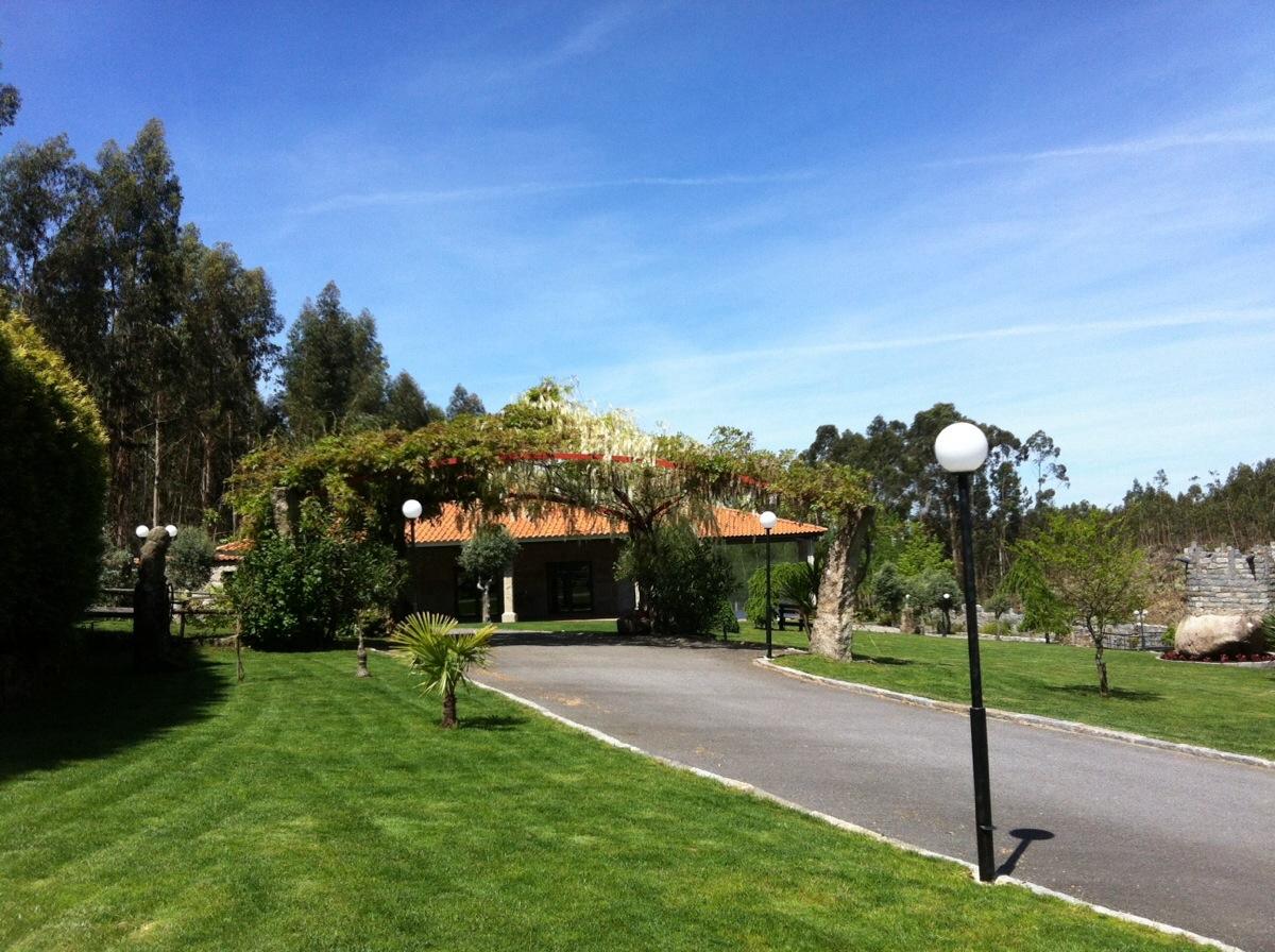 Alpendre e jardins